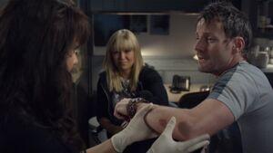 Magnus untersucht Henry 1x06