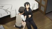 Shino revisando a Kazuto