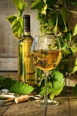 5470784-glas-witte-wijn-en-fles-op-vat-met-wijnsto