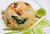 9502237-fruits-de-mer-delicieux-beignets-de-riz-avec-les-crevettes-les-oeufs-de-crabe-et-une-lumiere-de-sais