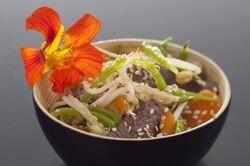 Wok de boeuf et légumes croquants au sésame
