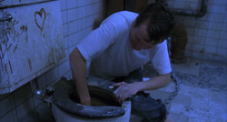 Адам обыскивает туалет