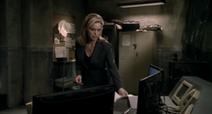 Джилл помещает письмо перед мониторами