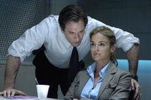 Джилл допрашивает агент Страм