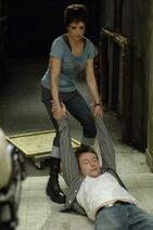 Аманда ведет Адама в ванную.