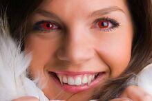 Frau mit roten Augen