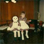 Annabelle Higgins mit Puppe