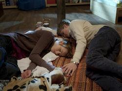 Erschöpft schlafen Coco (Luisa Liebtrau, li.) und Phillip (Jacob Gunkel, re.) über ihre Sorge um Hund Einstein ein.