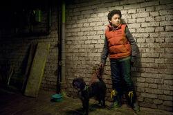 Um bei Daphne zu punkten, rettet Raphael (Oskar-Kraska Mc Kone) einen Hund
