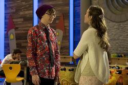 Miriam (Jelena Herrmann) ist trotz Adrians (Lukas Lange) aeusserlicher Wandlung mit seinem Benehmen gegenueber Frauen unzufrieden