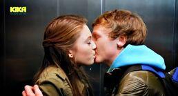 Liz und Tobi küssen sich 745