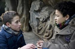 Raphael (Oskar-Kraska Mc Kone, re.) will sich mit Dominiks (Yannick Rau, li.) Hilfe entlieben