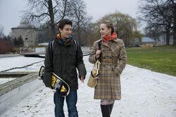 Tommy (Lucas Leppert) und Constanze (Henriele Fritz) haben zunehmend Spass an ihren Mails fuer Tobias