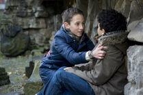 Dominik (Yannick Rau, li.) hat endlich die zuendende Idee wie er seinem Freund Raphael (Oskar-Kraska Mc Kone, re.) helfen kann