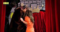 Nils und Li-Ming küssen sich