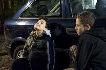 Raphael (Oskar-Kraska Mc Kone, li.) plant mit seinem Freund Dominik (Yannick Rau, re.) seinen Auftritt als Helden