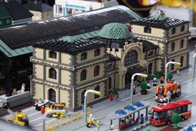 Datei:SwissLUG – Bahnstation, Bricking Bavaria 2011, Munich .jpg