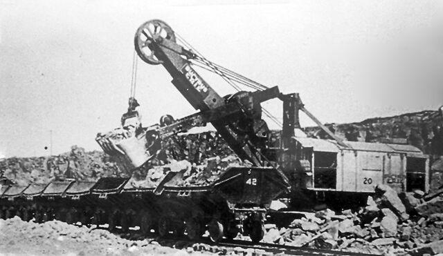 File:1935 - steam shovel loading ore cars.jpg