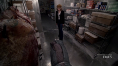 Grace observando el cadáver de la Sra. Bean