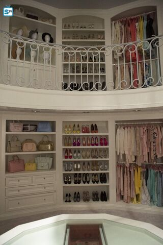 File:ScreamQueens Pilot101 ChannelRoom Closet