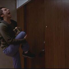 J.D. bekommt Dr.Cox Tür gegen das Knie