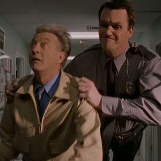 Als Sicherheitsmann stürzt er sich auf Kelso. <span style=