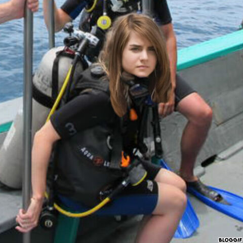 File:Joanna 'JoJo' Levesque goes scuba diving.jpg