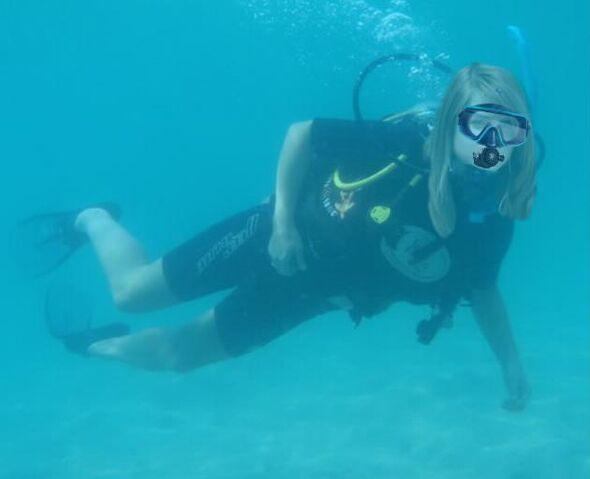 File:Joanna 'JoJo' Levesque scuba diving.jpg