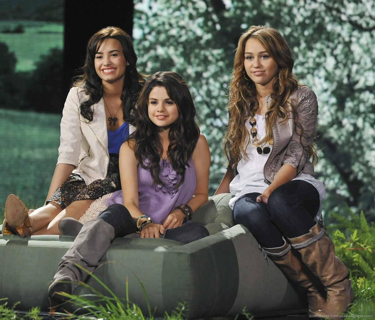 Miley cyrus and demi lovato dating