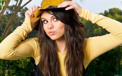 3840px-Selena Gomez Long Brown Hair Yellow Shirt