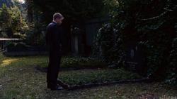 101 - Wolfgang ante la lápida de su padre