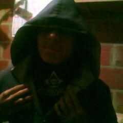 Jairo con la capucha y el simbolo Assassin en el 2013