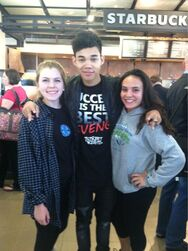 Roshon-fegan-with-fans-at-Starbucks