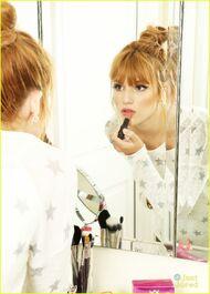 Bella-thorne-applying-lipstick
