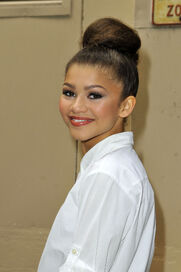 Zendaya-coleman-beautiful-smile-beautiful-hairbun