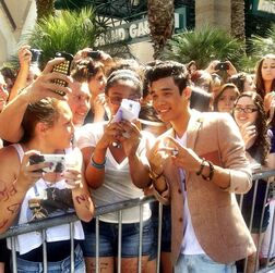 Roshon-fegan-at-billboardmusicawards-photos-with-fans
