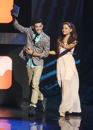 Roshon-fegan-with-ArianaGrande-presenting-billboard-music-award