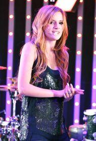 Bella-thorne-on-stage