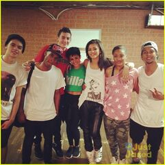 Zendaya-coleman-with-dance-crew-buddies