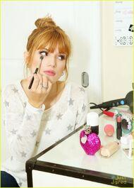 Bella-thorne-doing-eye-makeup