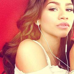 Zendaya-coleman-white-earphones-listening-to-music
