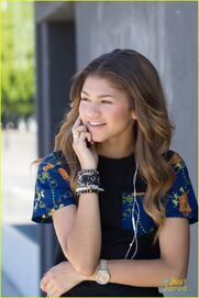 Zendaya-coleman-on-thephone-hardly-makeup