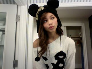 Zendaya-coleman-mickey-mouse-hat-fluffly