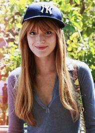 Bella-thorne-cap-greytop-smile