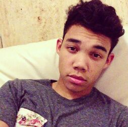 Roshon-fegan-in-bed-bedhead