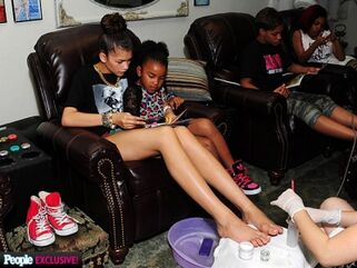 Zendaya-coleman-getting-pedicure-with0kids