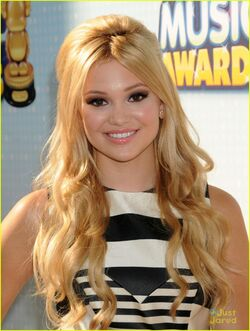Olivia-holt-rdma-carpet-05