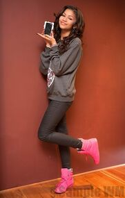 39454 Preppie Zendaya Coleman posing with her new cell phone at a house in LA 11 122 529loTHREE