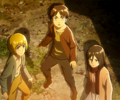 Eren, Armin y Mikasa observan por primera ve al Titán Colosal