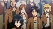 Hannah, Franz, Eren, Armin y Mikasa ven a la Legión de Reconocimiento